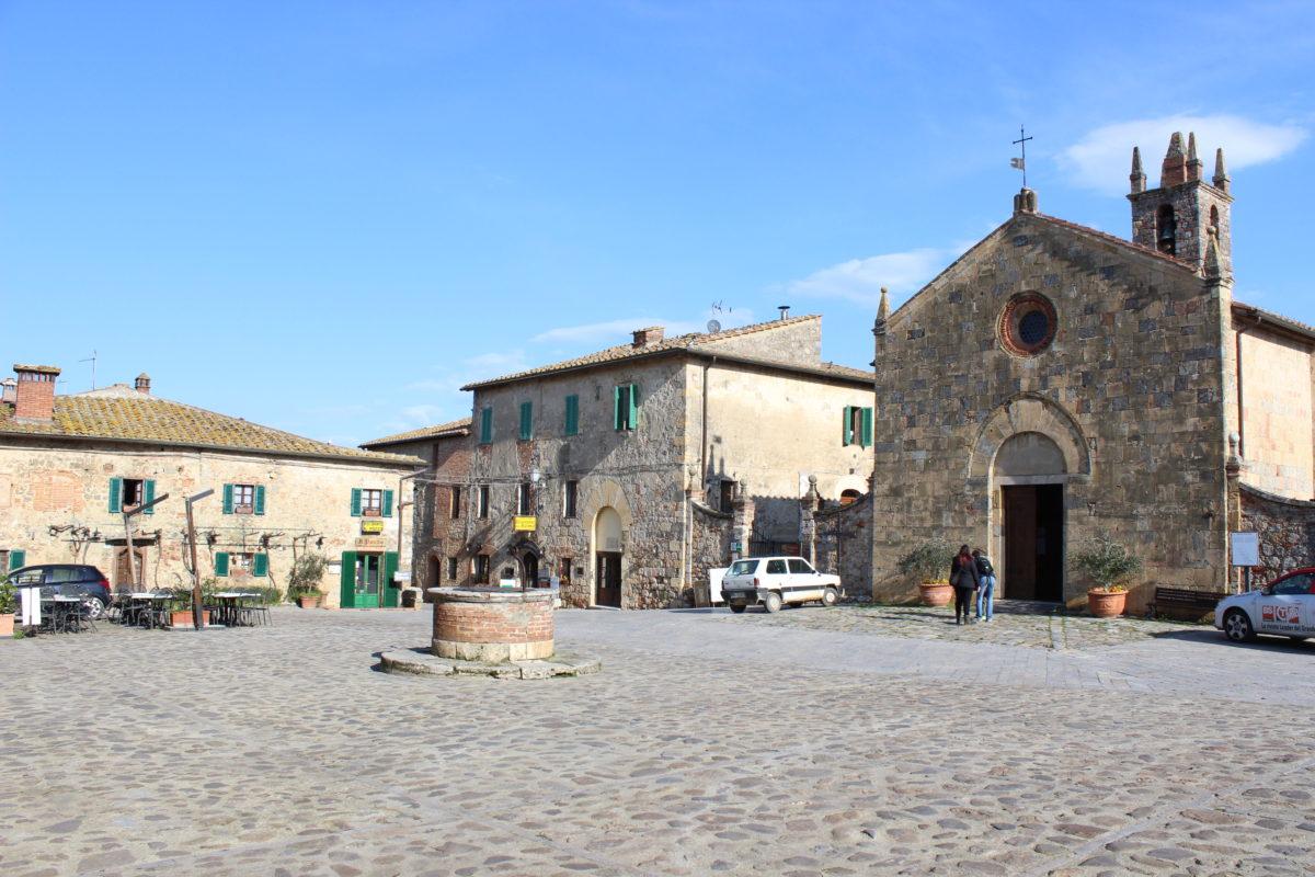 A church, a square and 2 cafés, that's Monteriggioni